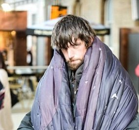 Άστεγος πιανίστας παίζει Μπετόβεν σε σταθμό τρένου και προκαλεί δάκρυα  - Κυρίως Φωτογραφία - Gallery - Video
