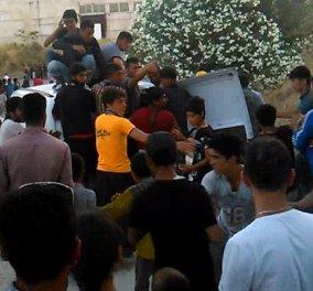 Χαμός στη Μυτιλήνη με τους χιλιάδες μετανάστες που σπρώχνονται για φαγητό & είδη πρώτης ανάγκης - Κυρίως Φωτογραφία - Gallery - Video