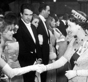 Vintage Beauty pic: Η καλλονή Τζούλι Κρίστι χαιρετούσε την Βασίλισσα Ελισάβετ & την κοίταζε λάγνα ο Γουώρεν Μπίτι - Κυρίως Φωτογραφία - Gallery - Video