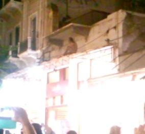 Βίντεο: Ολόγυμνος Γάλλος έκανε show & ξεσήκωσε τον κόσμο σε ταράτσα μαγαζιού στα Χανιά - Κυρίως Φωτογραφία - Gallery - Video
