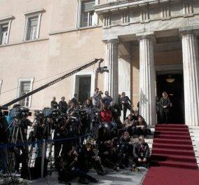 Καρτερός στην Αυγή: Προκαλούν γέλιο οι δημοσιογράφοι & οι κωλοτούμπες τους για το αυριανό αντίδωρο   - Κυρίως Φωτογραφία - Gallery - Video