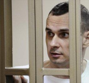 Δείτε στο κλουβί τον Ουκρανό σκηνοθέτη Σεντσόφ - Ρώσικο δικαστήριο τον καταδίκασε σε κάθειρξη 20 ετών   - Κυρίως Φωτογραφία - Gallery - Video