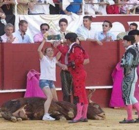 """""""Τρελή"""" ακτιβίστρια πήδηξε στην αρένα και αγκάλιασε τον ταύρο πριν πεθάνει - φώτο    - Κυρίως Φωτογραφία - Gallery - Video"""