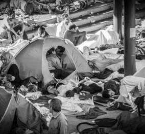 Μόνο ο έρωτας νικάει τον ξεριζωμό και το θάνατο - Το υπέροχο φιλί των δύο ερωτευμένων προσφύγων - Κυρίως Φωτογραφία - Gallery - Video