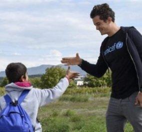 Ο διάσημος ηθοποιός Ορλάντο Μπλουμ με πρόσφυγες στα ελληνο-σκοπιανά σύνορα - Φώτο - Βίντεο  - Κυρίως Φωτογραφία - Gallery - Video