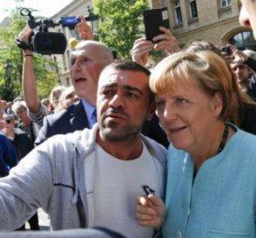 """""""Βασιλική"""" υποδοχή στη Μέρκελ από μετανάστες και πρόσφυγες - Οι selfies της Καγκελαρίου   - Κυρίως Φωτογραφία - Gallery - Video"""