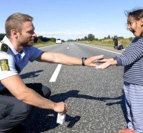 Γλυκιά στιγμή επιτέλους: Δανός αστυνομικός παίζει με ένα κοριτσάκι από την Συρία!   - Κυρίως Φωτογραφία - Gallery - Video
