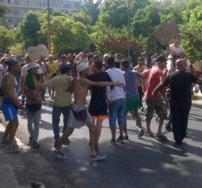 Βίντεο: Πανικός στη Μυτιλήνη: Φωτιές και μπλόκα από τους απελπισμένους μετανάστες   - Κυρίως Φωτογραφία - Gallery - Video