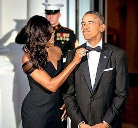 ''Αχ φτιάξε μου λίγο το παπιγιόν'': Σαν να το φχαριστιέται ο Ομπάμα έτσι που τον αγγίζει η Μισέλ με τα extensions  - Κυρίως Φωτογραφία - Gallery - Video