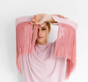 Made in Greece η Κωνσταντίνα Κωνσταντινίδη & τα απίθανα ρούχα της: Oversized γούνες & jackets με κρόσσια to die for - Κυρίως Φωτογραφία - Gallery - Video