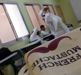 Βίντεο: Δάσκαλος χτυπά με όλη του τη δύναμη μαθητή μέσα στην τάξη σε σχολείο του Ντουμπάι  - Κυρίως Φωτογραφία - Gallery - Video