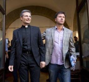 Απέλυσε το Βατικανό πολωνό ιερέα που δήλωσε gay και έδειξε τον σύντροφό του  - Κυρίως Φωτογραφία - Gallery - Video