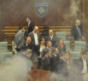 H αντιπολίτευση ξανά έριξε δακρυγόνο εντός της Βουλής στο Κόσοβο (video) υπάρχει & αποπνικτική ατμόσφαιρα   - Κυρίως Φωτογραφία - Gallery - Video