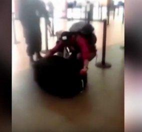 Βίντεο: Περουβιανός κρύφτηκε σε βαλίτσα για να βγει από τη χώρα αλλά... τον ανακάλυψαν - Κυρίως Φωτογραφία - Gallery - Video