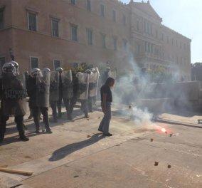 Σώμα με σώμα οι αστυνομικοί με τους αγρότες στο κέντρο της Αθήνας – Δείτε φώτο και βίντεο  - Κυρίως Φωτογραφία - Gallery - Video