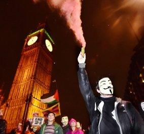 Γυαλιά - καρφιά στο Λονδίνο: Άγριο ξύλο & υλικές ζημιές στη διαδήλωση των Anonymous  - Κυρίως Φωτογραφία - Gallery - Video