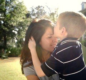 """Εξοικειωθείτε με 10 πράγματα που """"παθαίνουν"""" οι μαμάδες από τους γιους: Κάνουν πριτς, ασχολούνται με το μόριο & άλλα χαριτωμένα  - Κυρίως Φωτογραφία - Gallery - Video"""