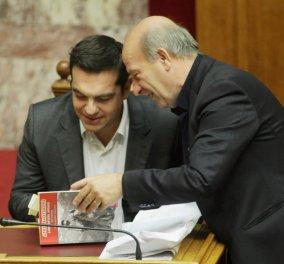 Το γεμάτο post it βιβλίο που διάβαζε ο Αλέξης Τσίπρας στη Βουλή  - Του το δώρισαν ή το έφερε μαζί του; - Κυρίως Φωτογραφία - Gallery - Video