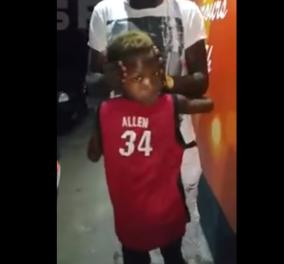 Βίντεο: Αυτό το αγόρι - λάστιχο μπορεί και γυρίζει 180ο το κεφάλι του - Κυρίως Φωτογραφία - Gallery - Video