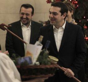 Δείτε live τα Πρωτοχρονιάτικα κάλαντα στο Μαξίμου - Κυρίως Φωτογραφία - Gallery - Video