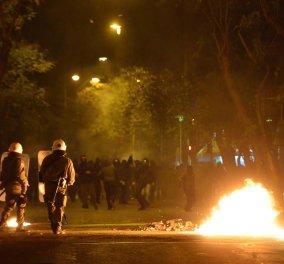 """Για δεύτερη συνεχόμενη νύχτα """"κάηκαν"""" τα Εξάρχεια: Τραυματίστηκε Πορτογάλος τουρίστας - Βόμβες μολότοφ, πετροπόλεμος & χειροβομβίδες κρότου-λάμψης - Κυρίως Φωτογραφία - Gallery - Video"""