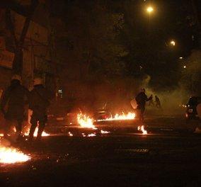 Ένταση στα Εξάρχεια τα ξημερώματα του Σαββάτου: Πετροπόλεμος, φωτιές, φωτοβολίδες και χημικά μεταξύ Αστυνομίας και αντιεξουσιαστών - Κυρίως Φωτογραφία - Gallery - Video