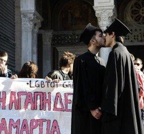 Τα αγόρια ντύθηκαν παπάδες και φιλήθηκαν στο στόμα μπροστά στη Μητρόπολη - Η διαμαρτυρία της Αγάπης! - Κυρίως Φωτογραφία - Gallery - Video