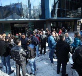 Απλήρωτοι ηθοποιοί, σεναριογράφοι, τεχνικοί & δημοσιογράφοι διαδήλωσαν έξω από το Mega - Φωτό - Κυρίως Φωτογραφία - Gallery - Video