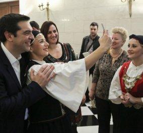 Κάλαντα και εκπλήξεις στον Τσίπρα - Το ταγάρι δώρο για την Περιστέρα, η γκλίτσα για τις Βρυξέλλες και οι selfies - Κυρίως Φωτογραφία - Gallery - Video