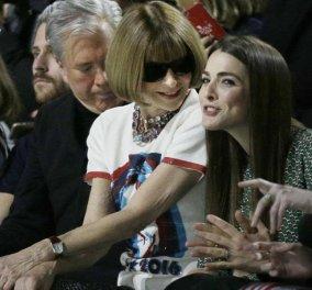 Τι γράφει το μπλουζάκι της Anne Wintour; Περιμένει την επίδειξη του Marc Jacobs με την κόρη της - Κυρίως Φωτογραφία - Gallery - Video