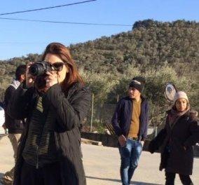 Το news247 & το eirinika στην Λέσβο: Πρόσφυγες -Μόρια 2016: Ο 20χρονος Αφγανός, η όμορφη  Μυτιληνιά εθελόντρια - Το σφιχταγκάλιασμα - Κυρίως Φωτογραφία - Gallery - Video