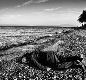 """Ο φημισμένος γλύπτης Ai Weiwei ποζάρει σαν τον μικρό Aylan σε παραλία της Λέσβου """"ξυπνώντας"""" συνειδήσεις - Κυρίως Φωτογραφία - Gallery - Video"""