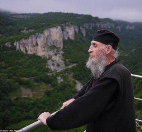 Ο Μοναχός Μάξιμος ζει εδώ και 20 χρόνια μόνος σε ένα βράχο- Κατεβαίνει με ανεμόσκαλα   - Κυρίως Φωτογραφία - Gallery - Video