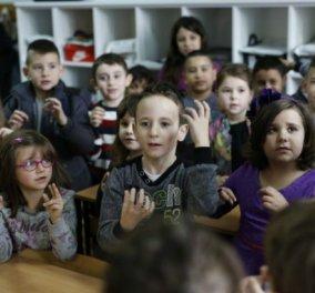 Συγκινητικό story: Δεκάδες 6χρονα παιδάκια έμαθαν νοηματική στο σχολείο για να επικοινωνήσουν με κωφό συμμαθητή τους - Κυρίως Φωτογραφία - Gallery - Video