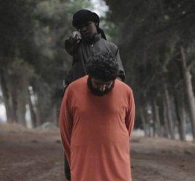 Βίντεο-σοκ του ISIS με παιδί να αποκεφαλίζει όμηρο: Ρίχνει τον άνδρα στο χώμα, τον βρίζει & του κόβει το κεφάλι - Δείτε φωτό & βίντεο - Κυρίως Φωτογραφία - Gallery - Video