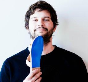 Αποκλ. Made in Greece ο Αλέξης Μαντάς & τα σανδάλια του ''Κyma'' με μπλε σόλα: Ο δικός μας Louboutin! - Κυρίως Φωτογραφία - Gallery - Video