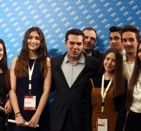 Ο Αλέξης Τσίπρας σε φώτο με μαθητές που βραβεύτηκαν - Ποιοι είναι θα μας πει  κάποιος;  - Κυρίως Φωτογραφία - Gallery - Video