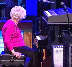 Βίντεο: 98χρονη γιαγιά παίζει πιάνο & ξετρελαίνει τους πάντες - Το ταλέντο δεν έχει ηλικία... - Κυρίως Φωτογραφία - Gallery - Video