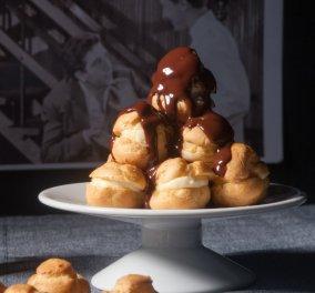 Το αγαπημένο γλυκό όλων μας από τον Στέλιο Παρλιάρο: Απίθανο προφιτερόλ με χλιαρή σος - Κυρίως Φωτογραφία - Gallery - Video
