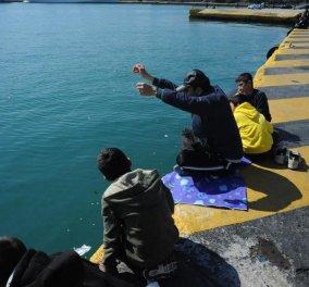Συγκινητικό στιγμιότυπο: Πρόσφυγας ψαρεύει στο λιμάνι του Πειραιά - Κυρίως Φωτογραφία - Gallery - Video