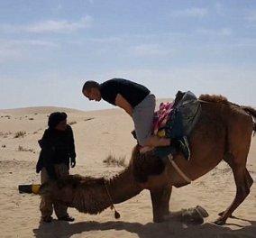 Βίντεο: Έξαλλη καμήλα βυθίζει στην άμμο τουρίστα που προσπαθεί να ανέβει πάνω της - Κυρίως Φωτογραφία - Gallery - Video