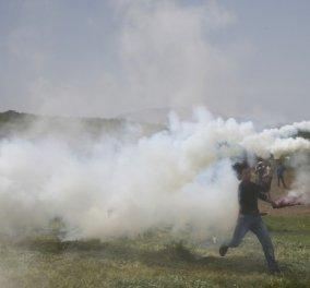 Άγριες συμπλοκές στην Ειδομένη: Οι Σκοπιανοί ρίχνουν δακρυγόνα στους πρόσφυγες μπροστά στα ΜΑΤ - Κυρίως Φωτογραφία - Gallery - Video
