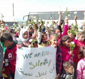 """""""Μας σκοτώνουν σιωπηλά"""": H διαμαρτυρία προσφυγόπουλων με λευκά λουλούδια στην Ειδομένη - Κυρίως Φωτογραφία - Gallery - Video"""