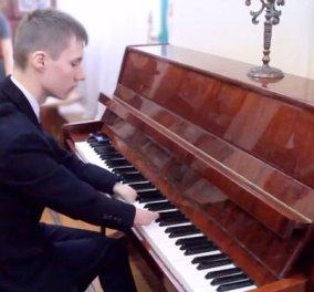 Ο Alexei γεννήθηκε χωρίς δάχτυλα & έγινε δεξιοτέχνη πιανίστας! Θαυμάστε τον - Φώτο, βίντεο  - Κυρίως Φωτογραφία - Gallery - Video