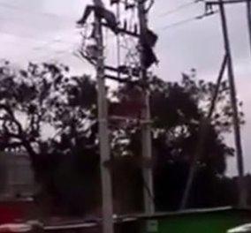 Bίντεο που κόβει την ανάσα: Η στιγμή που εργάτης παθαίνει ηλεκτροπληξία πάνω σε πυλώνα - Κυρίως Φωτογραφία - Gallery - Video
