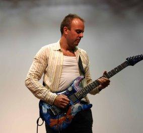 Hub Science: Διάλεξη-performance του φυσικού και κιθαρίστα Mark Lewney με θέμα «Rock guitar in 11 dimensions» - Κυρίως Φωτογραφία - Gallery - Video
