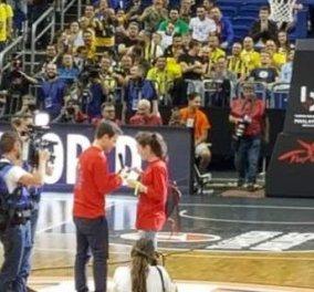 Good news: Το «ναι» από την κοπέλα του νεαρού Ρώσου μόλις η ομάδα του κέρδισε στον ημιτελικό του Final-4 (βίντεο) - Κυρίως Φωτογραφία - Gallery - Video