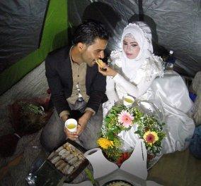 Ερωτεύτηκαν και παντρεύτηκαν στην Ειδομένη ο 27χρονος Σάζερ & η 20χρονη Ρουχάγια - πρόσφυγες: Έδωσαν όρκους με ροδοπέταλα   - Κυρίως Φωτογραφία - Gallery - Video