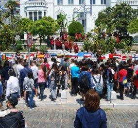 """Παγκόσμια Ημέρα Ευρώπης: Μαθητές της Καβάλας τύλιξαν το Δημαρχείο με """"εσάρπα"""" 15 μέτρων από σημαίες της ΕΕ - Κυρίως Φωτογραφία - Gallery - Video"""