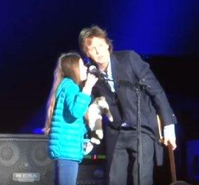 Τολμηρή 10χρονη μικρούλα απαιτεί από τον Πωλ ΜακΚάρτνευ να παίξει κιθάρα μαζί του! (Βίντεο) - Κυρίως Φωτογραφία - Gallery - Video